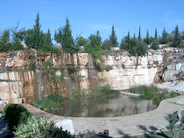 Искусственный водопад в парке Кармиэля